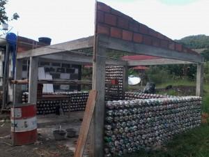 eco-vivienda casas con botellas